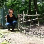 Divya bezig met het hek van eikentakken